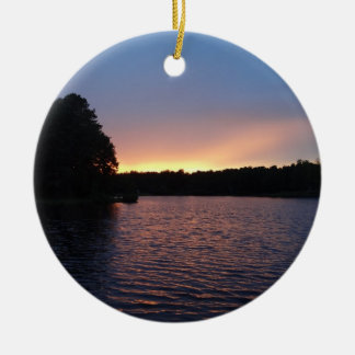 Puesta del sol amelocotonada sobre el cisne del la adorno de navidad