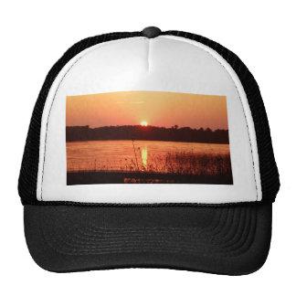 Puesta del sol anaranjada en el lago gorro de camionero