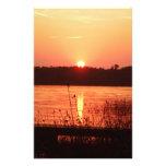 Puesta del sol anaranjada en el lago papelería