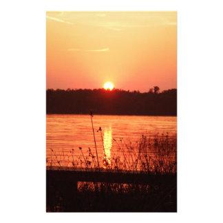 Puesta del sol anaranjada en el lago papeleria personalizada