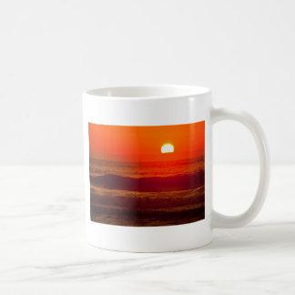 Puesta del sol anaranjada en la playa de Horsfall, Taza