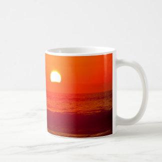 Puesta del sol anaranjada en la playa de Horsfall, Taza Clásica