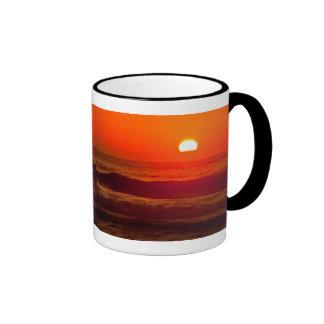 Puesta del sol anaranjada en la playa de Horsfall, Taza De Dos Colores