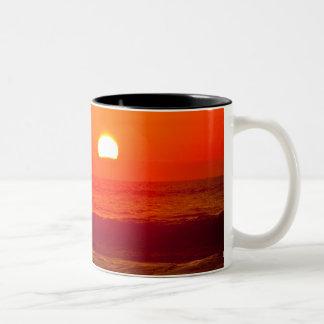 Puesta del sol anaranjada en la playa de Horsfall, Taza De Dos Tonos