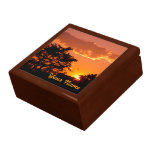 Puesta del sol anaranjada preciosa con las silueta caja de recuerdo
