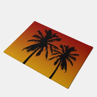 Puesta del sol anaranjada roja de la silueta felpudo