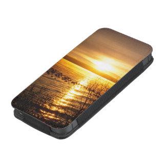 Puesta del sol anaranjada sobre el lago bolsillo para iPhone