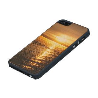 Puesta del sol anaranjada sobre el lago funda de arce carved® para iPhone 5 slim