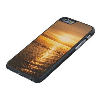 Puesta del sol anaranjada sobre el lago funda de iPhone 6 carved® slim de arce