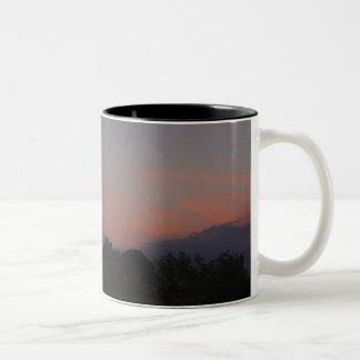 Puesta del sol anaranjada taza de dos tonos
