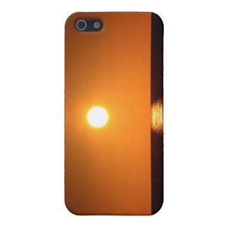 Puesta del sol anaranjado oscuro con la reflexión  iPhone 5 cárcasas