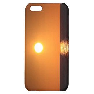 Puesta del sol anaranjado oscuro con la reflexión