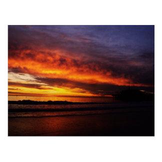 Puesta del sol ardiente de Santa Mónica Postal