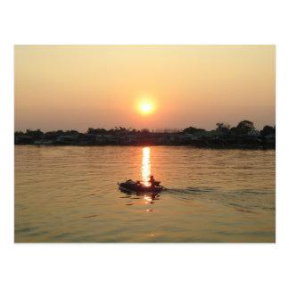 Puesta del sol… Ayutthaya, Tailandia del río Chao  Postal