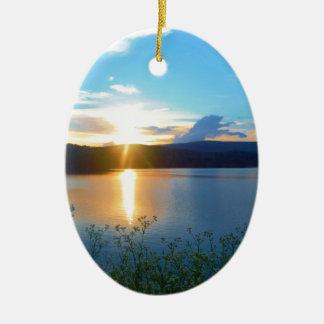 Puesta del sol azul en el lago ornaments para arbol de navidad