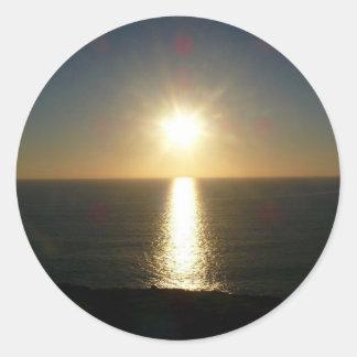 Puesta del sol Bigbury en el mar Pegatina Redonda