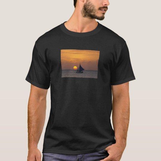 Puesta del sol blanca de la playa playera
