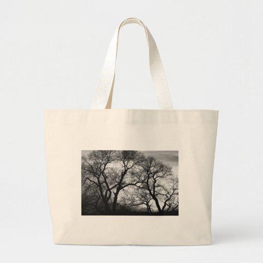 Puesta del sol blanco y negro de los árboles del b bolsa tela grande