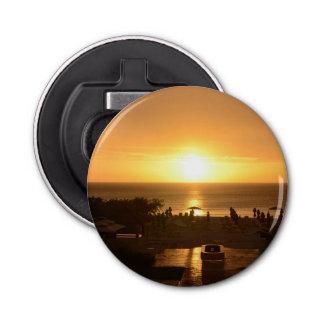 Puesta del sol bonita del océano abrebotellas redondo