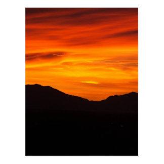 Puesta del sol carmesí tarjeta postal