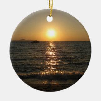 Puesta del sol… Chonburi, Tailandia de la playa de Adorno Navideño Redondo De Cerámica