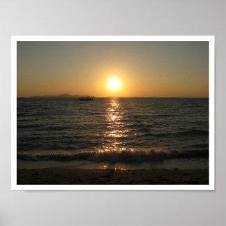 Puesta del sol… Chonburi, Tailandia de la playa de Poster