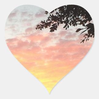 Puesta del sol colorida pegatina en forma de corazón