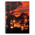 Puesta del sol con amarillo rojo de los pinos libro de apuntes con espiral
