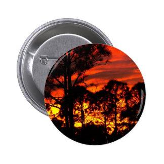 Puesta del sol con amarillo rojo de los pinos pin redondo 5 cm
