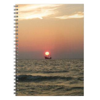 Puesta del sol con el barco del pirata note book
