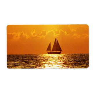 Puesta del sol con el barco etiqueta de envío