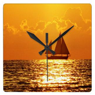 Puesta del sol con el barco reloj