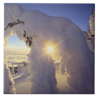 Puesta del sol con el Snowghosts en la montaña gra Azulejo