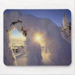 Puesta del sol con el Snowghosts en la montaña gra Alfombrillas De Raton
