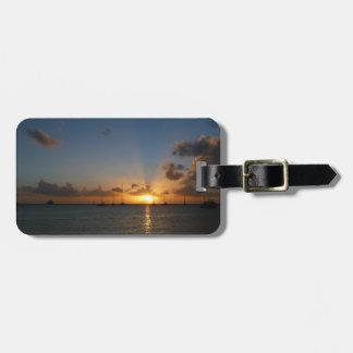Puesta del sol con la etiqueta del equipaje de los etiqueta de equipaje