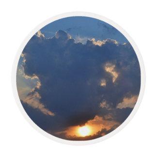 Puesta del sol con la formación de la nube de la