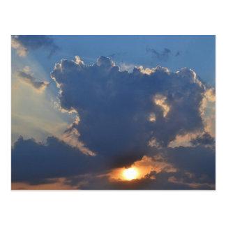 Puesta del sol con la formación de la nube de la t postal