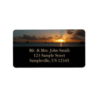 Puesta del sol con la foto tropical del paisaje de etiqueta de dirección