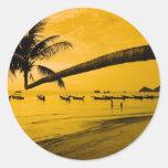 Puesta del sol con la palma y los barcos en la etiquetas redondas