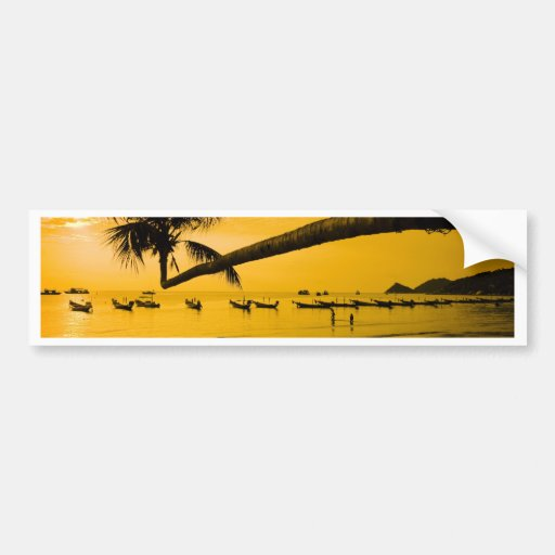 Puesta del sol con la palma y los barcos en la pla pegatina de parachoque