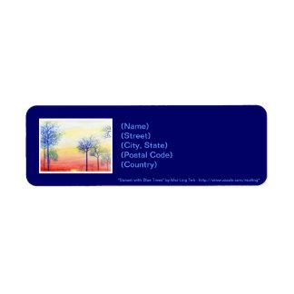 Puesta del sol con los árboles azules etiqueta de remitente