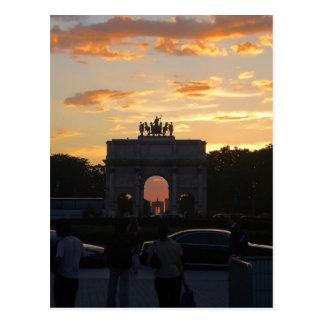 Puesta del sol con los monumentos postales
