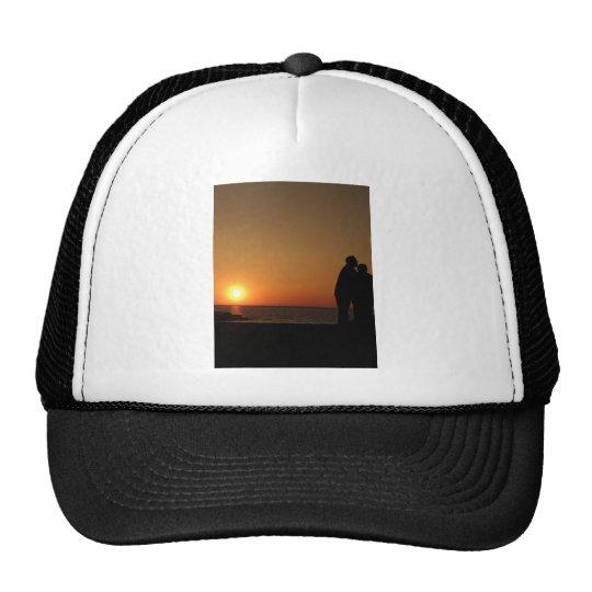puesta del sol con los pares gorras