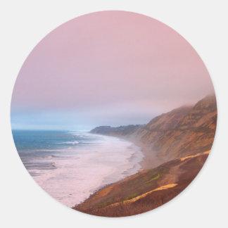 Puesta del sol coralina de la niebla etiqueta