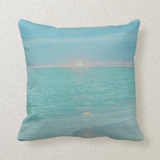 Puesta del sol coralina de la playa del trullo cojín decorativo
