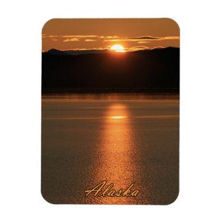 Puesta del sol de Alaska - reflejando del océano Imán Flexible