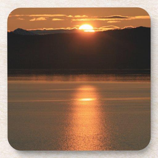 Puesta del sol de Alaska - reflejando del océano Posavaso