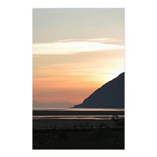 Puesta del sol de Alaska sobre el brazo de Papelería