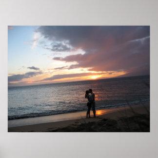 Puesta del sol de Hawaii y dos recién casados Posters