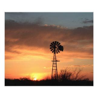 Puesta del sol de Kansas con el cielo y el molino  Arte Fotografico